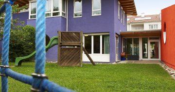 Beim Caritas-Kindergarten in St. Georgen/Gusen errichteten wir einen Zubau in Massivbauweise. Knallig bunt und modern erstrahlt der Zubau des Kindergartens.