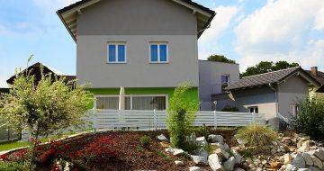 Das Gebäude steht in unmittelbarem Kontext mit der Form des Grundstückes und seiner Umgebung. Die Bauplanung für dieses Haus wurde von uns durchgeführt.