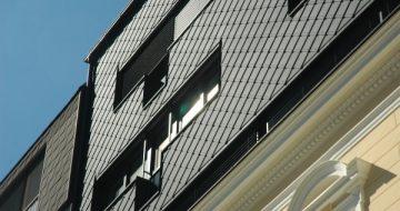 Bei diesem Wohnhaus in Linz, Urfahr wurde eine Aufstockung vorgenommen. Hier wurde ein Kontrast gesetzt zur ursprünglichen Fassade.