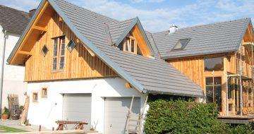 Das Wohnhaus in Katsdorf überzeugt mit klassischem Design und hölzerner Fassade. Es wirkt größer, da bei der Front nur der obere Teil eine Frontfassade erhielt.
