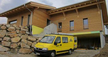 Dieses Wohnhaus in St. Georgen wurde mit einer wunderschönen Holzfassade ausgekleidet und erhielt zwei Satteldächer übereinander.