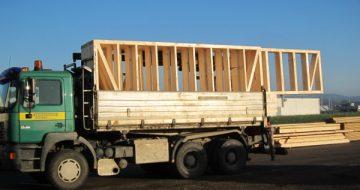 Die aus Holz gefertigten Wand-, Decken- und Dachbauteile werden bei einem Innenausbau in unserer Zimmerei vorgefertigt und vor Ort zusammengebaut.