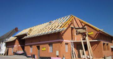 Hier können Sie unterschiedliche Stadien und Formen von Dachstühlen kennenlernen und entdecken. Alle noch im Rohbau-Stadium.
