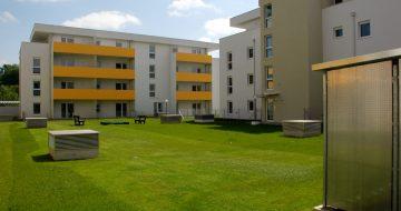 Dieses Projekt umfasst 22 Eigentumswohnungen und 35 Mietkaufwohnungen. Das Wohngebäude wurde im Sommer 2016 übergeben. Es liegt zentrumsnah!Die Wohnanlage wurde im Sommer 2016 übergeben. Zentrumsnah und großzügige Grünflächen - Wohnhäuser