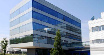 Dieses außergewöhnliche Bürohaus setzt Maßstäbe in der Architektur. Ein schwebender Kubus aus äußerst hochwertigen Materialien.