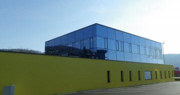 Glasfronten die den Raum mit Licht durchfluten sowie ein modernes Design. Darüber durfte sich die Firma Simacek in Steyregg freuen.