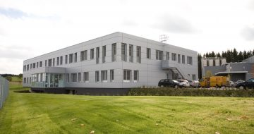 Ein zeitloser Gewerbebau für die Firma Greiner Bio One-Produktion. Bei diesem Bauwerk wurde der Rohbau unter hohem Zeitdruck in nur 5 Monaten errichtet.