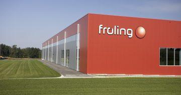 Für die Firma Fröling errichteten wir drei Hallen und ein Heizhaus in Stahlkonstruktion. Die Wandverkleidung besteht aus einer geschäumten Paneele.