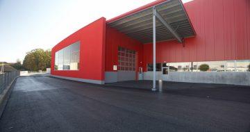 Drei Hallen in Stahlkonstruktion und die Büroüberdachung wurden für die Firma Hutterer errichtet. Ein wärmegedämmtes Stehfalzdach dient als Dach.