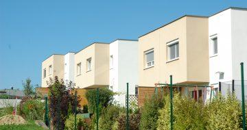 Wohnen am Sonnenhang bedeutet für die Bewohner der schmucken Doppelwohnhäuser ein toller Ausblick und den ganzen Tag über Sonne.