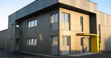 Eine zeitlose und moderne Fasssade welche schlicht und zugleich elegant das Bürogebäude in Mauthausen schmückt. Unsere Zimmerer machen so etwas möglich!