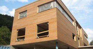Diese wunderschöne Holzfassade ziert das Gemeindezentrum in St. Nikola. Beim Bau dieses Hauses wurde auf Qualität der Materialien großen Wert gelegt!