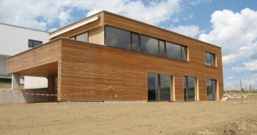 Dieses Wohnhaus in St. Georgen/Gusen mit schickem Holzdesign bekam eine durchgängige Holzfassade und durch große Fenster ist es ausgesprochen lichtdurchflutet.