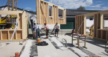Dieses Haus in Naarn wurde mit der Holzriegelbauweise errichtet. Holzriegelbau ist die beliebteste Bauweise, auch aufgrund der Schnelligkeit.