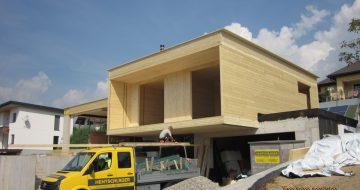 Neubau - Einfamilienhaus Wartberg - Holzbau - Hentschläger Zimmerei -  Aufstockung - Bei diesem Bauvorhaben wurde das Untergeschoß in massiv von unserer Baufirma errichtet.  Das Erdgeschoß wurde von unserer Zimmerei in Holzbauweise aus Massivholzplatten ausgeführt. Besonderer Hingucker bei diesem Einfamilienhaus ist, dass hier das Erdgeschoß 3 Meter herausragt.