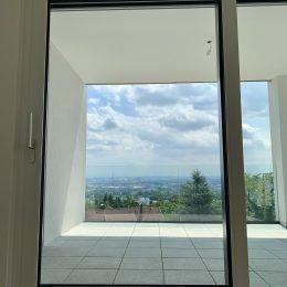 Blick durch Balkontüre