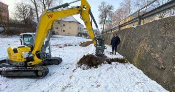 • Ruflingerstraße in Leonding - Schürfe für Baugrunderkundung und Baugrubensicherung-Stützmauer Zur Feststellung der vorliegenden Bodenschichten wurden sog. Schürfe (Probelöcher) angelegt!