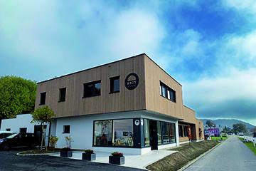 Holzfassade - Holzdesign - Wohnhaus- Hentschläger Bau GmbH - vorgehängt - Holzfassade - Bretter - Lärchenholz - Fassade Holverkleidung - Außenwandverkleidung - Aussenwandbekleidung - bauen - Holz - Vorhangfassade